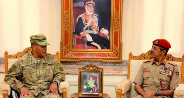 رئيس أركان قوات السلطان المسلحة يستقبل قائد القوات البرية الأميركية