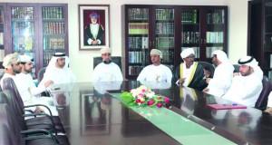 الوفد القضائي الإماراتي يزور مجمع المحاكم بظفار