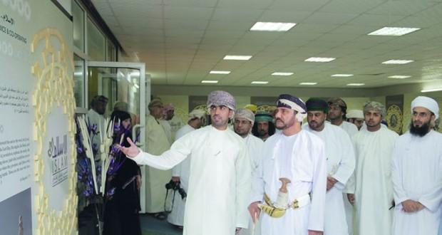 رئيس بلدية ظفار يفتتح معرض رؤية الإسلام بمهرجان صلالة السياحي