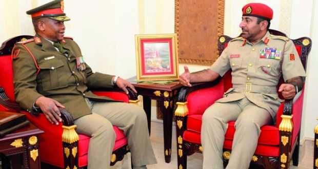 قائد الجيش السلطاني العماني يستقبل رئيس جيش جنوب أفريقيا