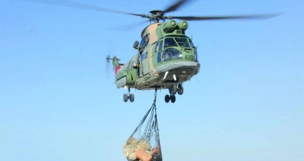 سلاح الجو ينقل مواد استهلاكية لقرية يقاء بالرستاق