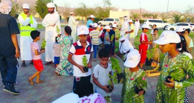 70 متطوعا أغلبهم من الأطفال يشاركون فـي زرع شتلات حديقة ضنك