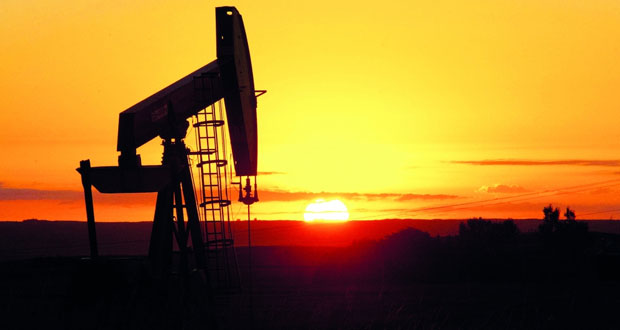 """الخام العماني يتجاوز حاجز الـ""""40″ دولاراً والنفط العالمي يتخلى عن مكاسبه ويتراجع بسبب تأثير تخمة المعروض"""
