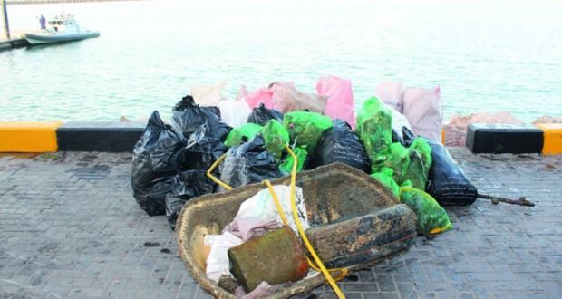 حملة توعوية لتنظيف ميناء الصيد البحري بصحار