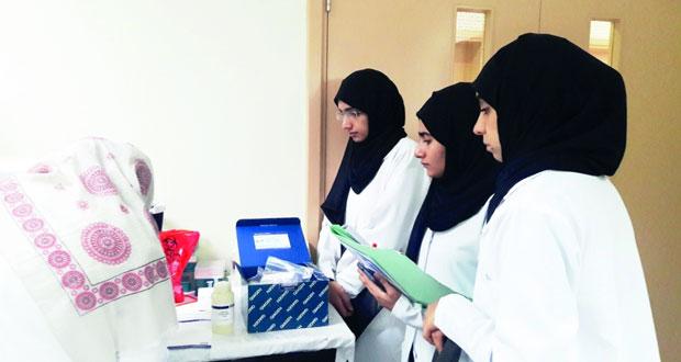 طالبات من تطبيقية صور يجرين تدريبا على مشروع حول البكتيريا المنتجة للسليولاز من عينات التربة فـي السلطنة