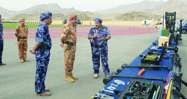 وزير المكتب السلطاني يزور وحدة شرطة المهام الخاصة بقريات