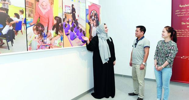 وفد من الصحف الفيتنامية يزور متحف المدرسة السعيدية