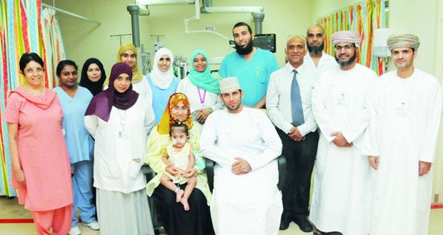 الأولى من نوعها في السلطنة.. إنقاذ طفلة تعاني من التهاب حاد في الجهاز التنفسي باستخدام الجهاز الداعم للقلب والرئة