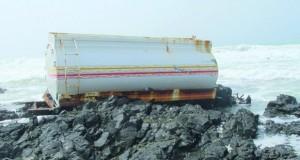 البيئة تشكل لجنة لمتابعة حادثة غرق لنش تجاري بجزيرة مصيرة