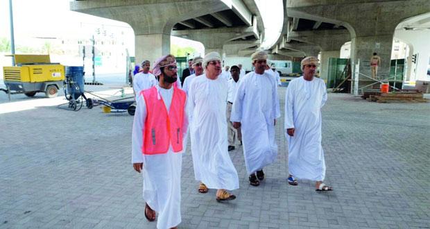 رئيس بلدية مسقط يتابع سير العمل في صيانة الجسور والمرافق العامة