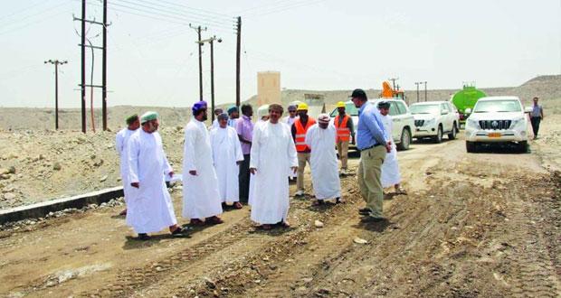 وكيل وزارة البلديات الإقليمية وموارد المياه يتفقد عددا من المشاريع في ولايتي شناص ولوى