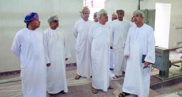 رئيس بلدية مسقط يطلع على سير المشاريع الخدمية بالعامرات
