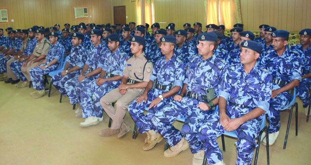 طلبة الدورة الدارسين بأكاديمية السلطان قابوس لعلوم الشرطة يزورون قيادة شرطة الظاهرة