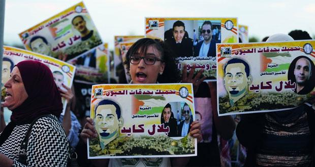 عقوبات بالجملة على الأسرى المتضامنين مع المضربين