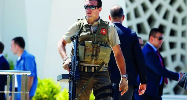تركيا تعتقل مزيدا من أساتذة الجامعة ومفتشي بنوك وتتجه لإجراءات ضد (شركات جولن)