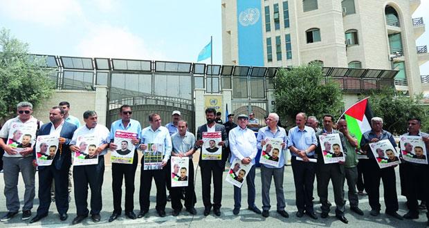 77 أسيرا يخوضون إضرابا مفتوحا تضامنا مع الإداريين المضربين