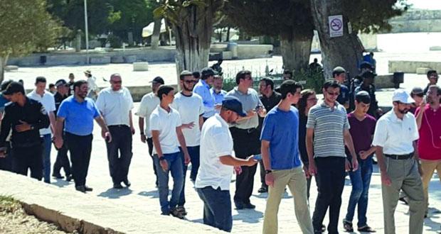بحماية شرطة الاحتلال .. عشرات المستوطنين يدنسون باحات (الأقصى)