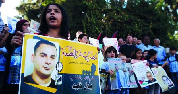 مئات الأسرى يخوضون معركة (الأمعاء الخاوية) بسجون الاحتلال