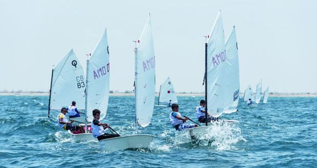 البحار الشاب المعتصم الفارسي يتصدر سباقات عُمان للإبحار لتحديد المستوى في المصنعة