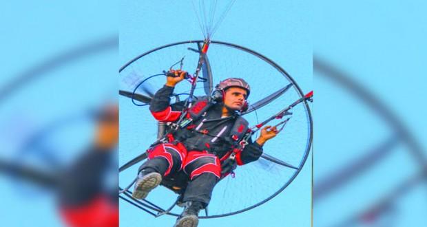 فريق الطيران الشراعي العماني يستعرض مهارته في خريف صلالة