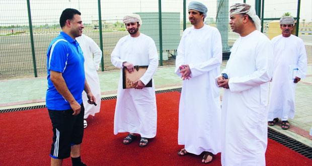 محافظ البريمي يطلع على سير العمل في مرافق المجمع الرياضي و الأنشطة الصيفية
