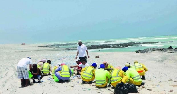 حملة لتنظيف شواطئ جزيرة مصيرة
