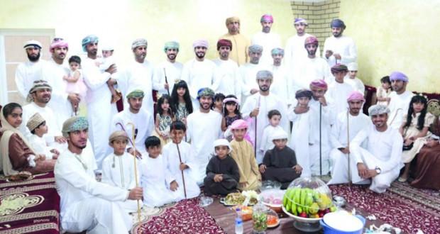 لليوم الثاني .. تواصل الاحتفالات بمظاهر العيد في شناص