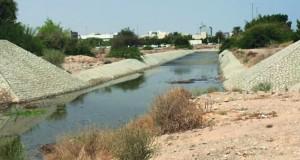 تدفق كميات كبيرة من المياه بالقرب من المنطقة المحاذية لجسر العذيبة