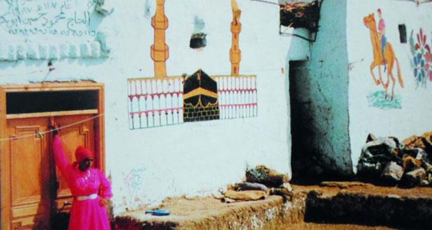 رواج سوق الفنانين الشعبيين في موسم رسم جداريات الحج بصعيد مصر