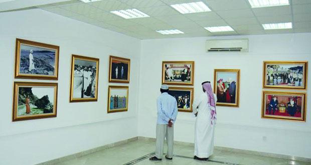 """""""عمان المحبة والسلام"""" يجذب زوار مهرجان صلالة ويشعل جذوة الذكريات"""