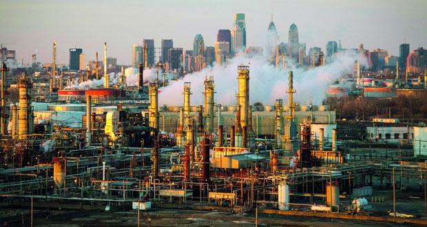 النفط يهبط 4% بعد انخفاض غير متوقع في المخزونات الأميركية .. والذهب يهبط لليوم الثالث مع ارتفاع الدولار