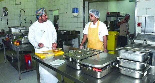 بلدية مسقط: برامج مكثفة لمراقبة المنشآت الغذائية والأسواق وهبطات العيد