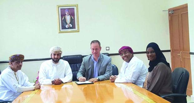 """التوقيع على اتفاقية رفع الحد الأدنى لرواتب العمانيين بـ """"منتجع البليد"""""""