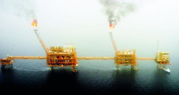 الخام العماني يتراجع 49 سنتا .. وأسعار النفط تهبط بفعل المخزون الأميركي وتحذير فنزويلا