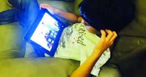 مختصون يطرحون حلولاً لتلافي خطر وتبعات الأجهزة الذكية على الأطفال