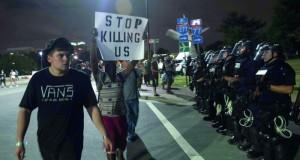 احتجاجات شارلوت تتواصل وتتحدى حظر التجول