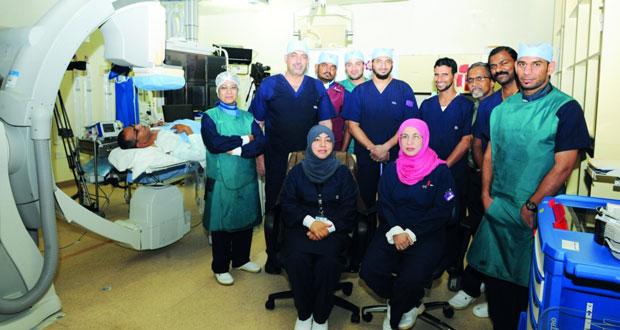 """فريق طبي من المستشفى السلطاني يجري عملية قسطرة قلب لمريض في بث حي ومباشر لمؤتمر""""توبي"""" الدولي بروما"""