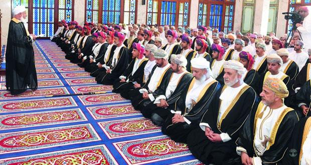 فهد بن محمود يؤدي صلاة عيد الأضحى المبارك بمسجد الخور بمسقط