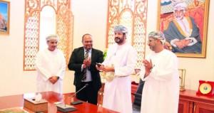 وزير الخدمة المدنية يدشن تطبيق الهواتف الذكية (خدماتي)