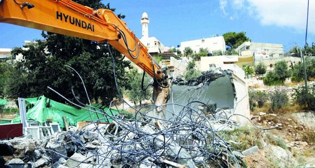 جرافات الاحتلال تقضم أراضي فلسطينية بالخليل وتهدم منشآت بنابلس