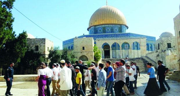 عشرات المستوطنين المتطرفين يدنسون الحرم القدسي وسط حراسة إسرائيلية مشددة