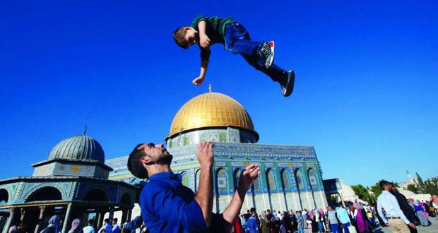 رغم معوقات الاحتلال .. عشرات الآلاف من الفلسطينيين يؤدون صلاة العيد في المسجد الأقصى