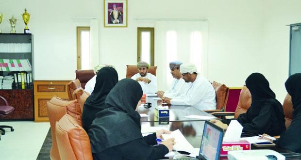 عقد لقاءً لممثلي الأندية بمحافظة الداخلية ورؤساء اللجان الشبابية