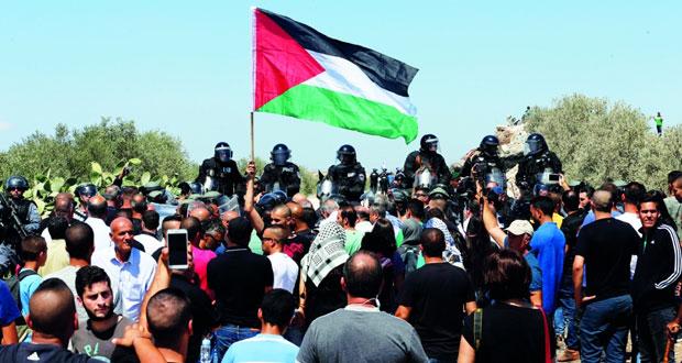 شهيدان قرب الحرم الإبراهيمي والاحتلال يخنق المحتجين
