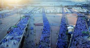 حجاج بيت الله الحرام يؤدون جمرة العقبة