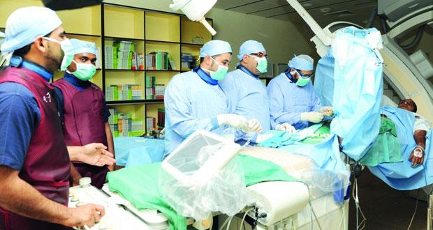 1500 طبيب اختصاصي يتابعون بالبث المباشر قسطرة قلب بالمستشفى السلطاني