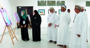 """أكثر من أربعين لوحة وعمل فني يزين معرض """"وايا"""" في تطبيقية نزوى"""