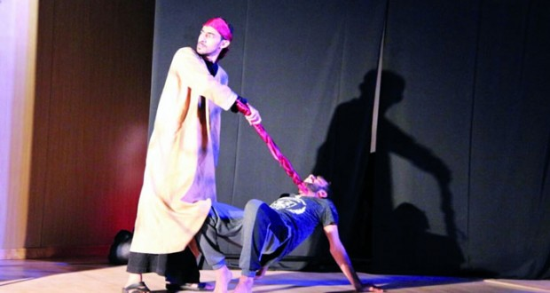 """الأنشطة الطلابية بجامعة صحار تعرض مسرحية """"زمن"""""""