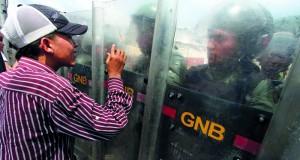 تصاعد الاحتجاجات بفنزويلا.. ومادورو يتوعد بإفشال (الانقلاب)