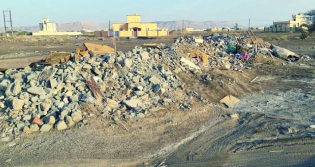 زحف مخلفات البناء على المخططات السكنية بعبري ظاهرة تبحث عن حل